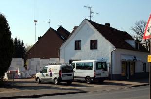 Die ersten Mauern des Neubaus wachsen.