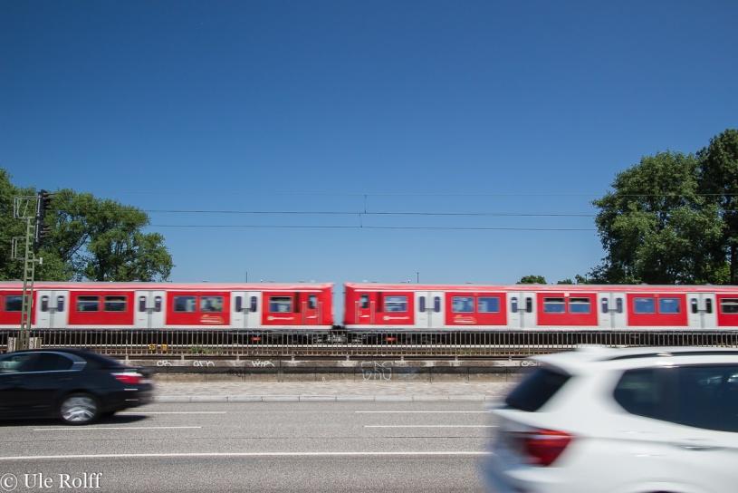 Zug und Autos in Bewegung