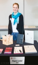 Museum der Arbeit, Hamburg, Buchbindemeisterin Angela Lenhof mit einigen ihrer Werke auf der BuchDruckKunst