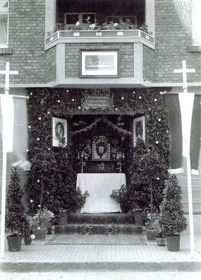 Für Fronleichnam geschmückter Eingang zum Kolonialwarenhandel Punsmann Porch of Colonial Trade Punsmann decorated Decorated for Corpus Christi