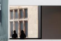 In Betrachtung der Fassade des Altbaus