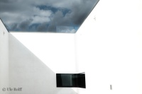 Blick durch ein Fenster in den Innenhof